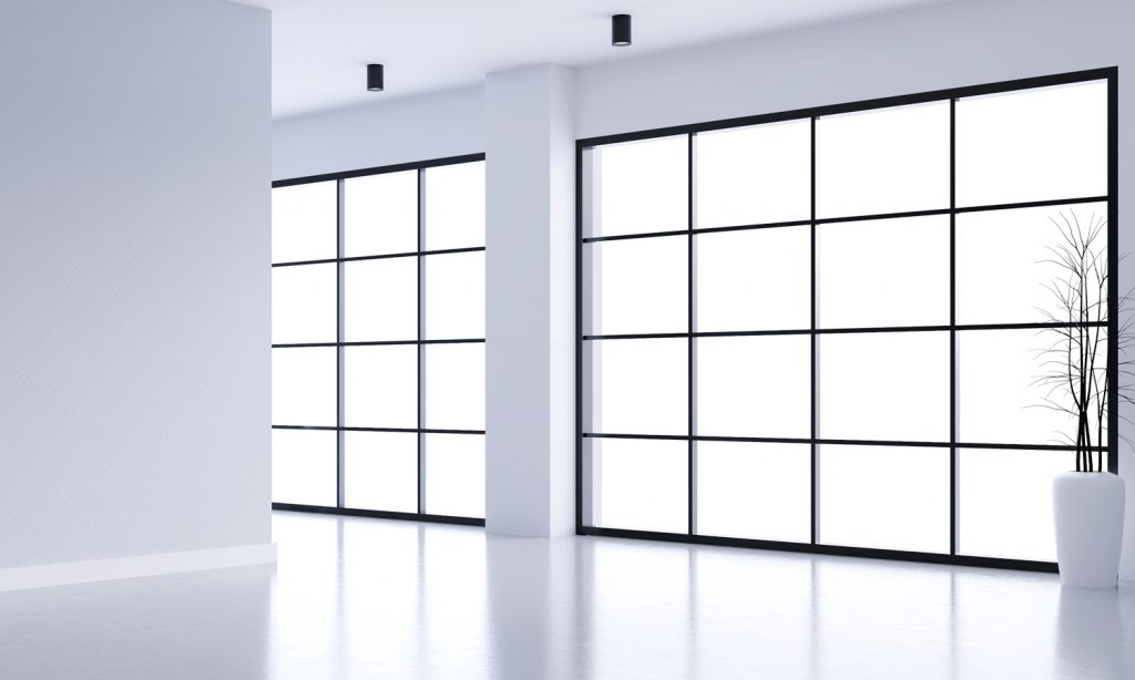 Espacio nuevo con ventanas negras